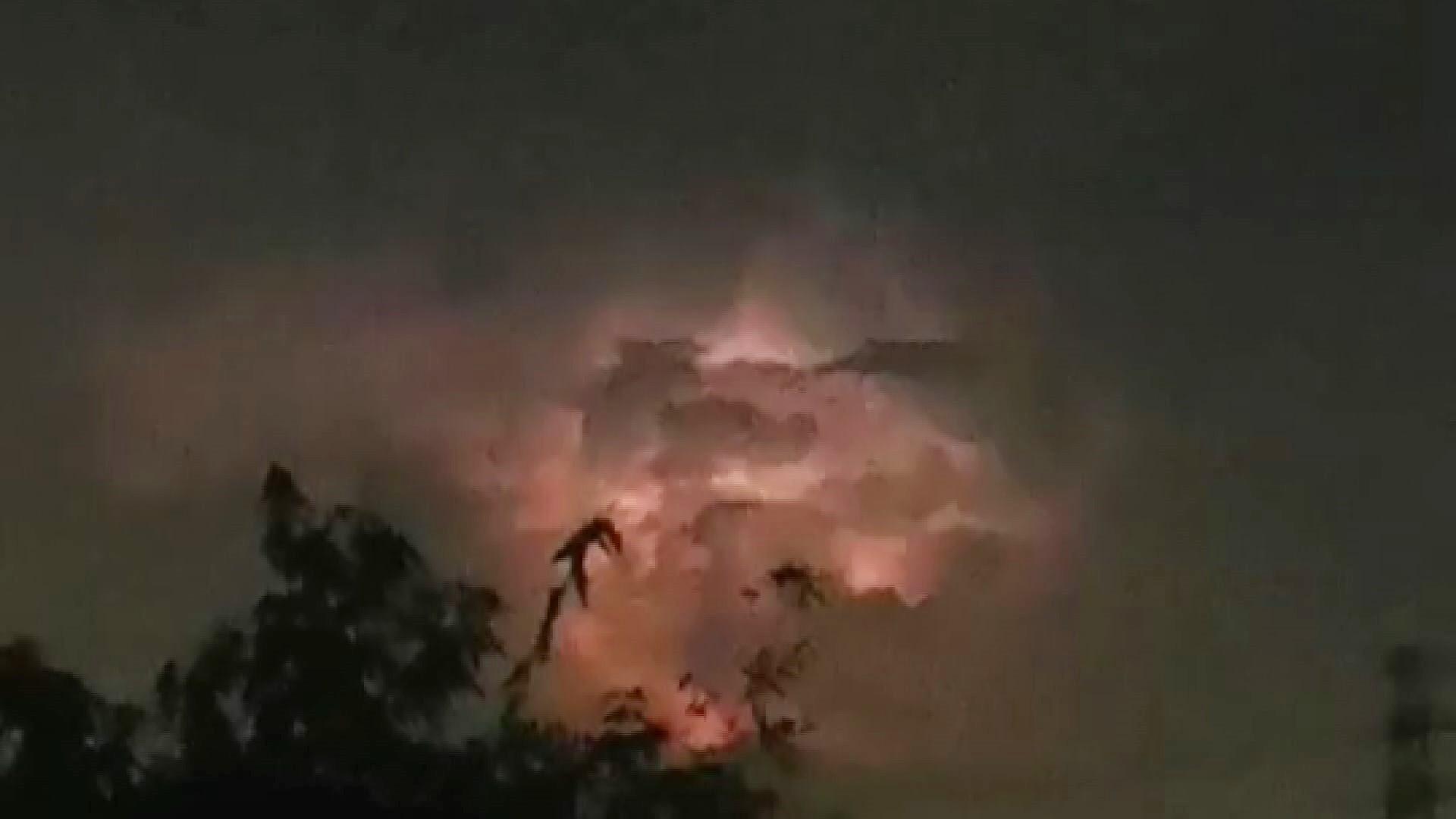Langit malam Taichung diselimuti percikan cahaya tanpa bunyi gemuruh