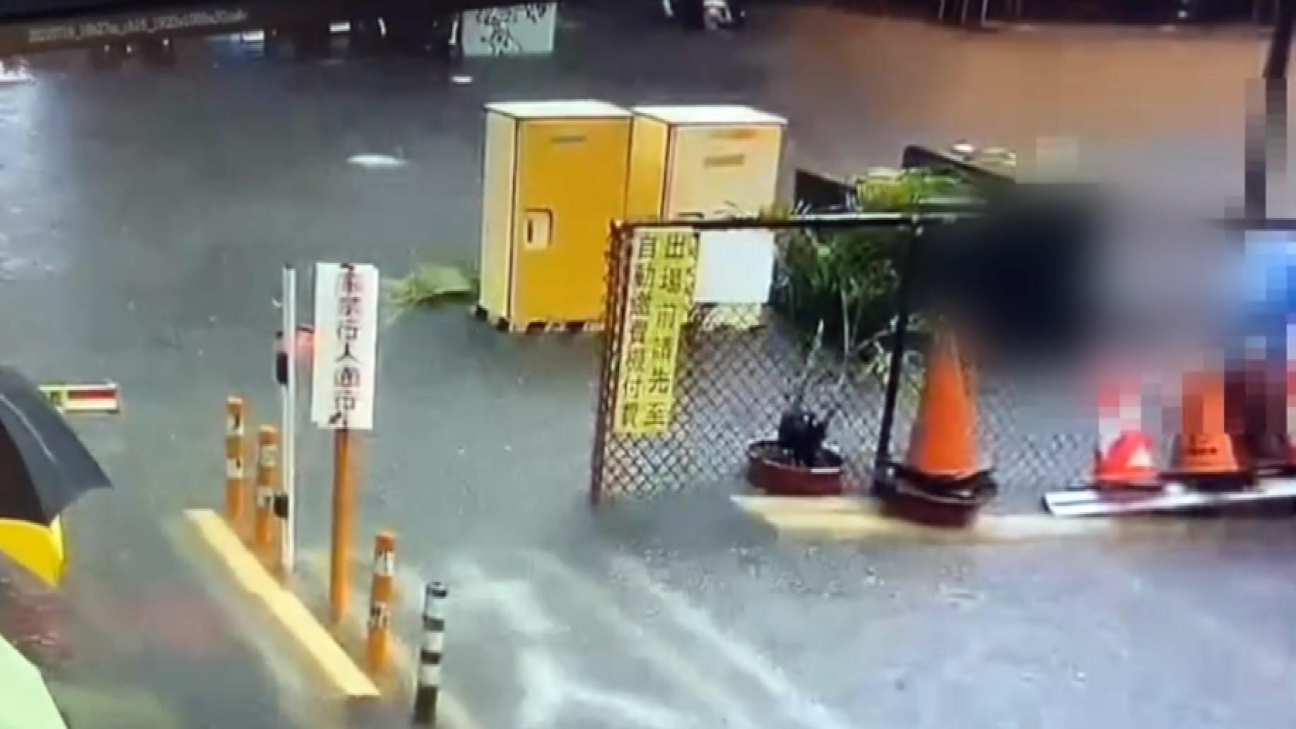 Wanita melewati genangan air jatuh tersengat listrik